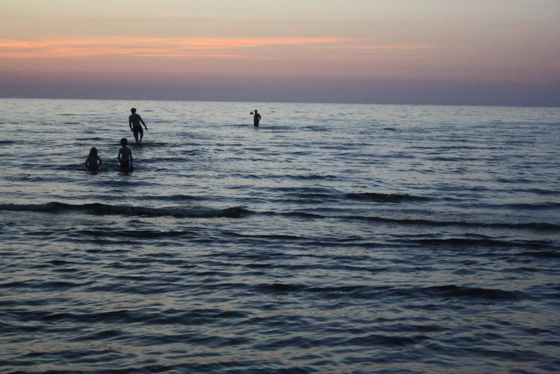 Die Ostsee ist hier äußerst flach. Selbst ganz weit draußen gibt es immer wieder Sandbänke.