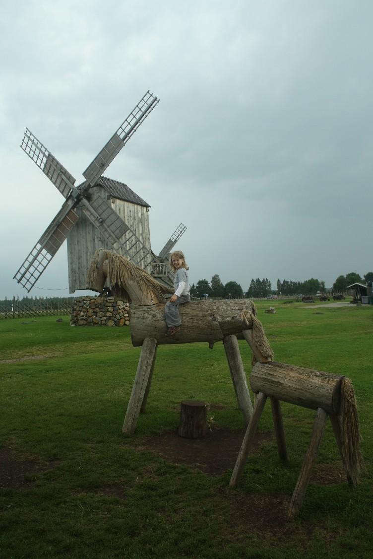 saaremaa-windmühlen-holzpferde-kind