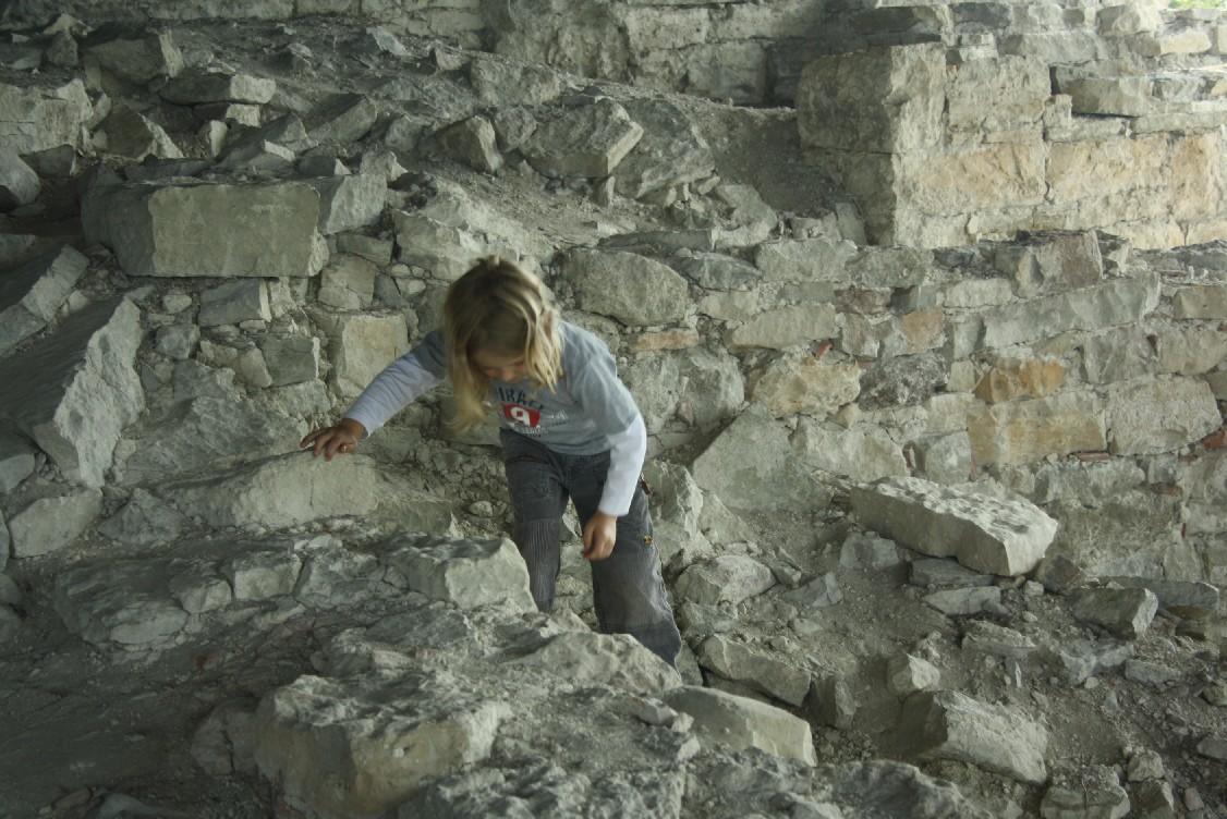silas-klettert-in-ruinen-festung-maasi
