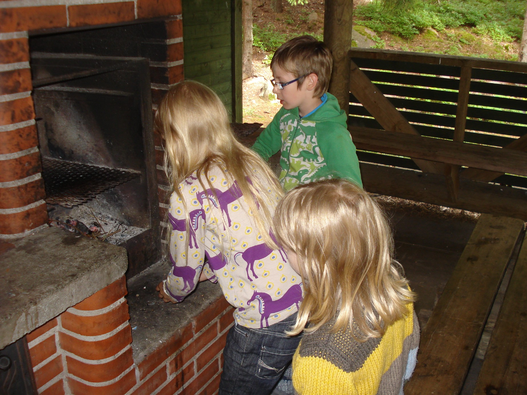 The BBQ area at the small Finnish islands is a very luxurious one. After we had finished with the sausages the kids were allowed to experiment with the fire.