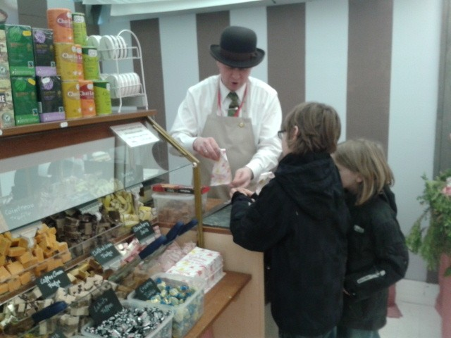 """Mr Fudge"" of ""Der süße Regenbogen"" was a hero for our boys as he helped them select out of 40+ kinds of fudge."