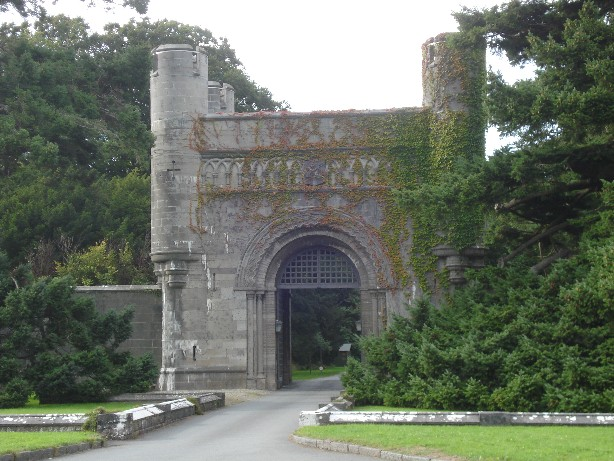 Not the entrance to our couchsufer's house but the place where we met Wales' finest hostess (Penrhyn Castle).
