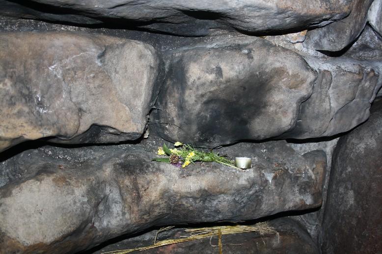 """""""Opfergaben"""" im Inneren des Grabes zeigen das Bedürfnis nach einem heiligen Ort. (Offerings inside the tomb show that some people obviously feel the need to... offer.)"""