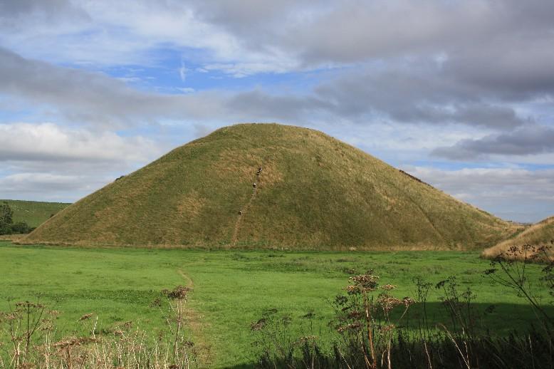 Silbury Hill ist Europas größter von Menschen gemachter Hügel. (Strictly no climbing on Silbury Hill - you see how serious this order is taken.)
