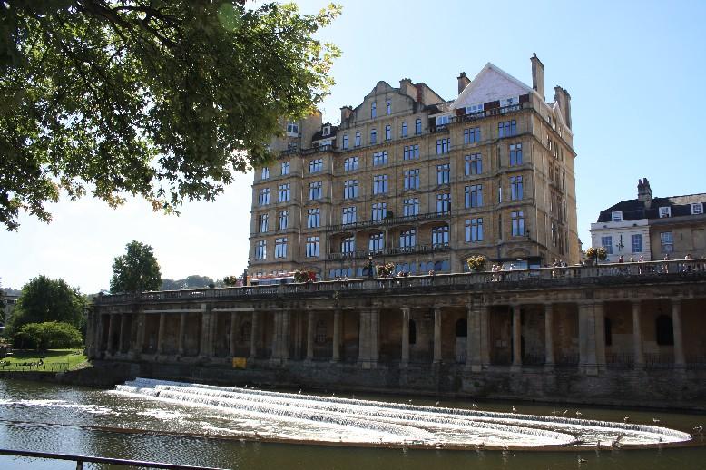 Das heutige Erscheinungsbild von Bath stammt ziemlich einheitlich aus georgianischer Zeit. (Georgian architecture seen from the banks of the river Avon.)