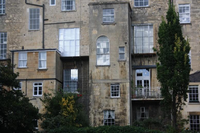 Der typische Fassadenstein sorgt für ein einheitliches Erscheinungsbild der Stadt. (Most of Bath is made of the same kind of stone.)