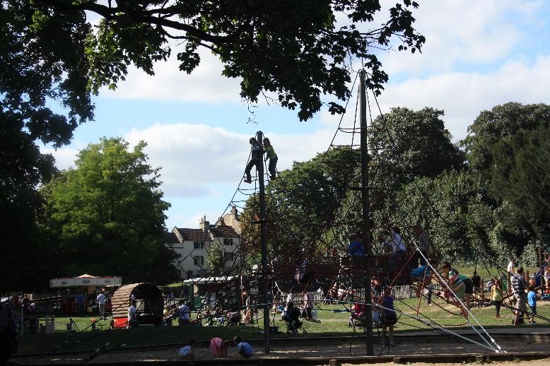 Leider hab ich zu viel gequatscht und mich zu wenig bemüht, die Größe und Großartigkeit dieses Spielplatz abzubilden. (The play area of Royal Victoria Park is much cooler than this picture implies.)