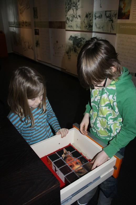In der Ausstellung lässt sich vieles entdecken und spielerisch ausprobieren. (There is so much to uncover and try out in the exhibition.)