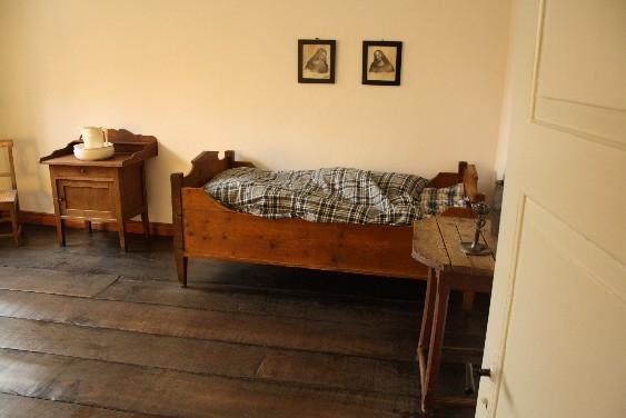 So oder so ähnlich hat das Elternschlafzimmer ausgesehen, als der kleine Wilhelm geboren wurde. (The parents' bedroom might have looked just like this back when the famous artist was born here.)