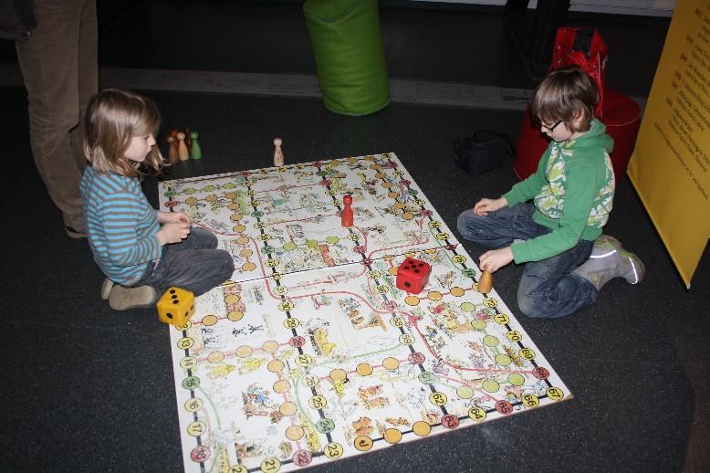 Die Kinder sind beschäftigt, die Eltern haben Zeit zum gründlichen Studieren der Ausstellung. (Happy kids, happy parents with enough time to take in the exhibition.)