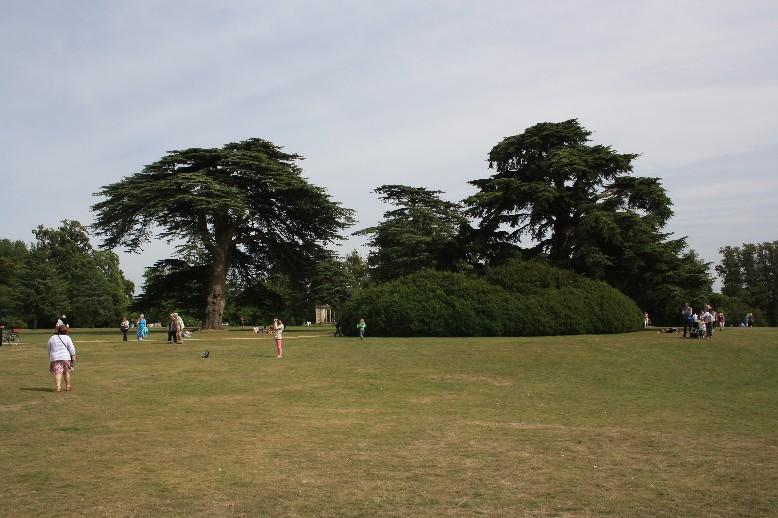 Gut besucht, aber nie überfüllt: Park und Garten laden zu ausgiebigen Spaziergängen ein. (Well visited, but never over-crowded, thanks to the HUGE park and gardens.)