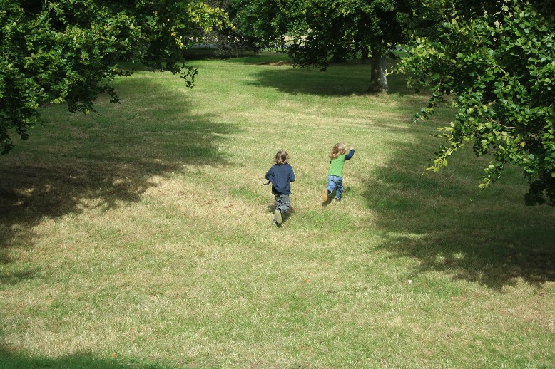 Drinnen müssen sich die Jungs benehmen. Draußen haben sie viel Platz zum Toben. (There's plenty of space for kids in the park.)