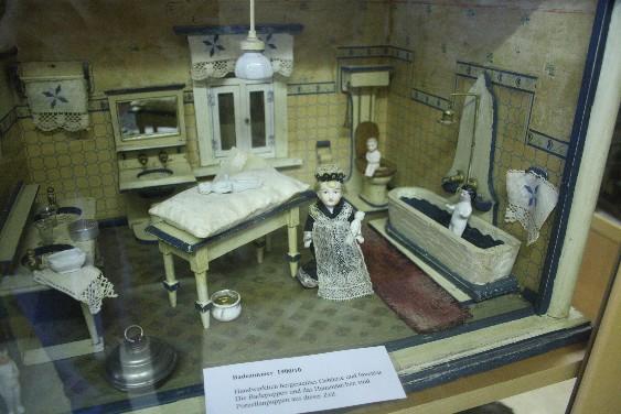 Die Geschichte der Wohnkultur im Kleinformat - ein Badezimmer Anfang des 20. Jahrhunderts. (A dollhouse's bathroom dating form the start of 20th century.)