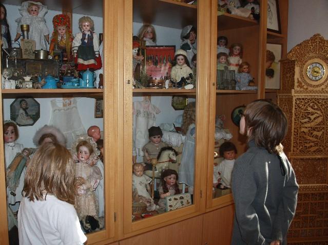 Dicht an dicht drängen sich im Spielzeugmuseum im Mühlenkreis mehr als 500 Puppen aus zwei Jahrhunderten.