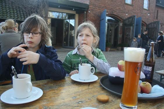 Heiße Schokolade, Cappuccino und Bier gab's im Café Hofgarten, nur zum Sattwerden müssen wir im März noch auf eigene Reserven zurückgreifen.