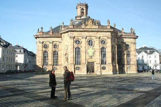 Die Ludwigskirche gilt als eine der bedeutendsten Kirchen des Barock und als Saarbrückens Wahrzeichen. (The Ludwigskirche is said to be one of the greatest churches of the Baroque era.)