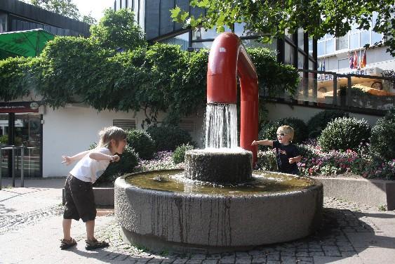 """Städtebaulich ist Kiel nicht so das Gelbe vom Ei, aber die Kinder haben Spaß beim Brunnen am Alten Markt. (Kiel is not blessed with a nice old town, but the boys have fun at the fountain at the """"Old Market"""" regardless.)"""