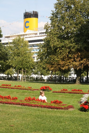 Ausblick ins Grüne für die Kreuzfahrer, Ausblick auf maritime Bettenburgen für uns Parkbesucher. (From the park the big cruise ships can be seen.)