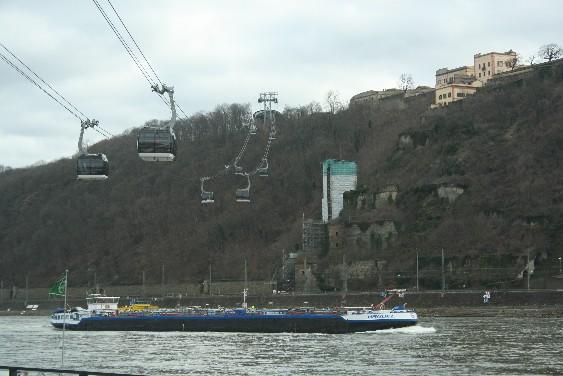 Die Seilbahn über den Rhein zur Festung Ehrenbreitstein zählt zu den Hauptattraktionen der Stadt. (The cable cars over the river Rhine up to the fortress are one of Koblenz' best attractions, especially for children.)