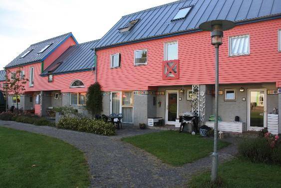 Etwa 20 Parteien umfasst das Wohn-Projekt, die alle ihr kleines rosa Eigenheim besitzen. (Each of the ca. 20 families has their own little pink house.)