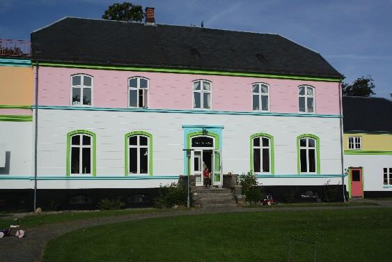 Was aussieht wie die Villa Kunterbunt, ist das Gemeinschafthaus der Wohn-Utopie von Vejle. (This colorful house is shared by the whole community of the alternative living-project of Vejle.)