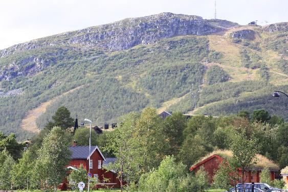 Der kleine Ort Hovden ist recht deutlich auf den Wintersport ausgerichtet. Die geschundenen Berghänge können ein Lied davon singen. (The place is clearly one for winter sports, as can easily be seen even in summer, when the slopes look pretty beaten.)