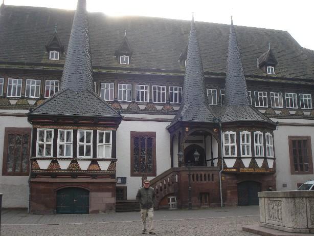 Opa zeigt uns Einbeck - hier das Alte Rathaus am Marktplatz. (Grandpa shows us his home-town: the old town-hall of Einbeck.)