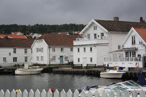 """Wie Perlen an einer Schnur"" sind laut Reiseführer die Fischerörtchen mit den weißen Holzhäusern an der Südküste Norwegens aufgereiht. Und ja, der Vergleich passt. (The little villages with the white wooden houses lay ""like pearls on a necklace"" along the Southern coast of Norway, says the guide-book. And it's right.)"
