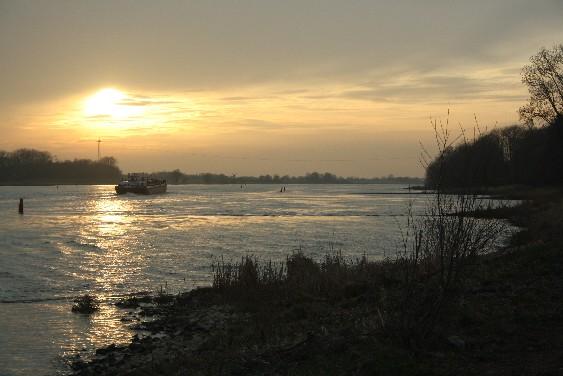 Sonnenuntergang an der Elbe - vor einem Dreivierteljahr stand hier noch alles unter Wasser. (Sunset at the river Elbe - 9 months ago this was all flooded.)