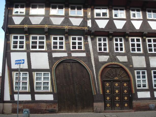 Ein klein bisschen krumm... aber sehr charmant: die Häuser in der Tiedexer Straße, einem der größten geschlossenen Fachwerk-Staßenzüge in Deutschland. (Slightly askew but charmingly so: the half-timbered houses of Tiedexer Straße in Einbeck all date back to the 16th century.)