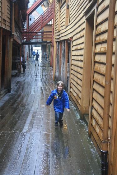 Hinter der berühmten Häuserzeile beginnt ein hölzernes Labyrinth. (Bergen's Old Town is a wooden maze.)