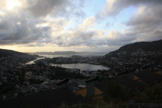 Die Regenstadt von oben, ganz in der Nähe des Hostels. (Bergen seen from the viewpoint close to the hostel.)