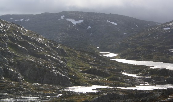 Das Weiße da unten ist Wasser, in dem sich die Sonne spiegelt, die sich durch den Regen kämpft. Aber da ganz hinten, das ist schnee - im August. (Distant snow - in August!)