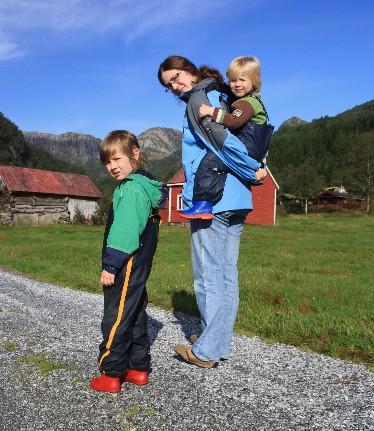 oystese-familie-wandert
