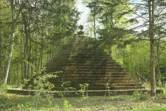 Im Sommer schon mystisch, aber auch im Winter ein lohnendes Ausflugsziel: Graf Wilhelms Pyramide.