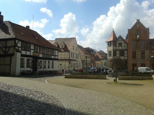 So uneinladend Tangermünde von außen wirkt, so weitläufig und gemütlich sieht es in der Altstadt aus. (As forbidding as the town looks from outside, as welcoming and lofty it is on the inside of the impressive town walls.)