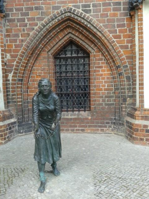 Grete Minde - die Frau, die auf brutale Weise sterben musste, weil sie - angeblich - die Stadt in Schutt und Asche legte. (She was - wrongfully - convicted of having started the huge fire that destroyed most of the town in 1617.)