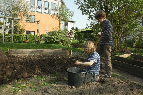 Bei solchem Wetter doch besser als ein Museum: Kinderarbeit im Gemüsegarten. (When the sun shines in spring, working in the garden beats any museum trip.)