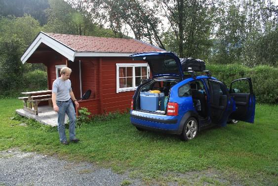 Bescheidenes Heim für eine Nacht: die roten Hütten auf den Campingplätzen sind nicht groß, aber typisch norwegisch.
