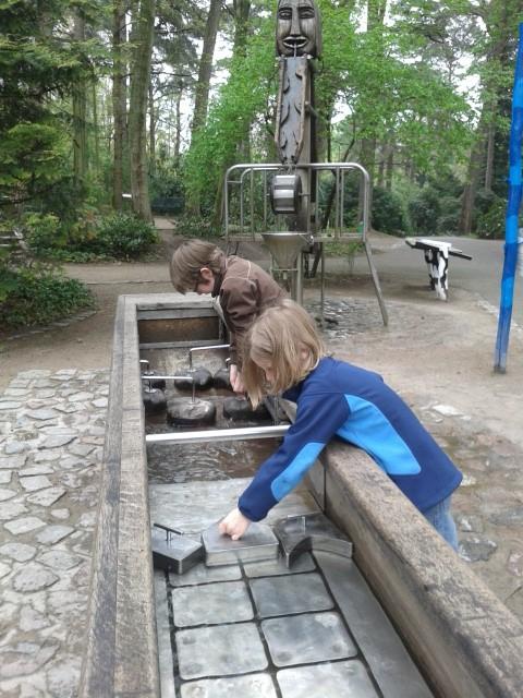 Die Wasserspiele sind für die meisten Kinder mindestens genauso spannend wie die Tiere. Wechselklamotten nicht vergessen!