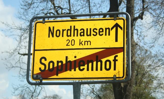 """Sophienhof ist etwas abgelegen - aber keine Angst, in die andere Richtung sind es """"nur"""" zehn Kilometer bis zur nächsten Ortschaft... (Looking for a remote place? Try Sophienhof!)"""