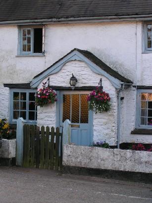 Englische Idylle im Exmoor: zuckersüße Cottages mit Blumenampeln allerorten.
