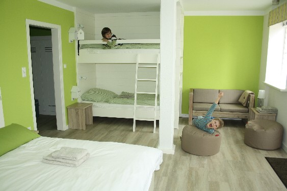 Hoftel Föhr: Die Jungs sind zufrieden mit unserem riesigen Familienzimmer.