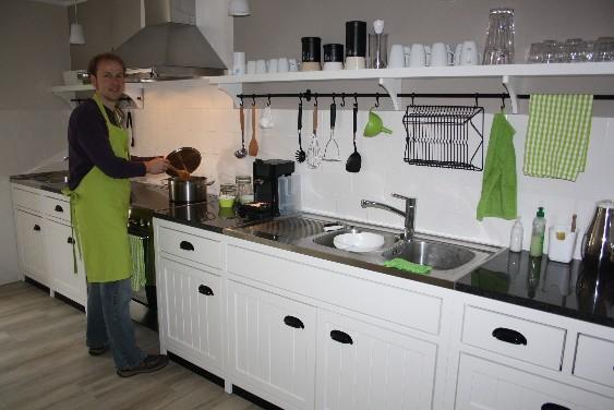 Während Papa in der Gästeküche in der farblich passenden Schürze im Topf rührt...
