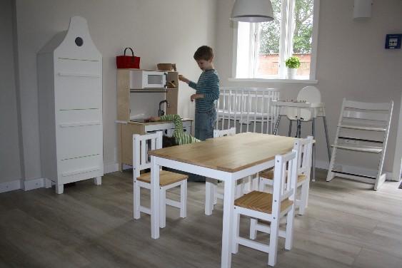 ... unterziehen die Jungs an der Wand gegenüber die Kinderküche dem Härtetest. Hoftel Föhr.