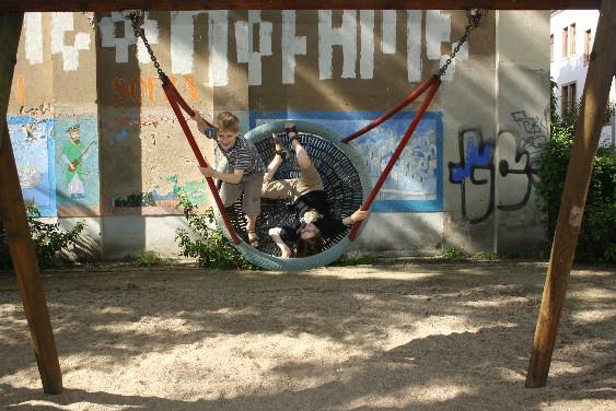 Viele nette Spielplätze, meist umgeben von - künstlerisch oft hoch ansprechenden - Graffiti - in der Dresdner Neustadt ganz normal.