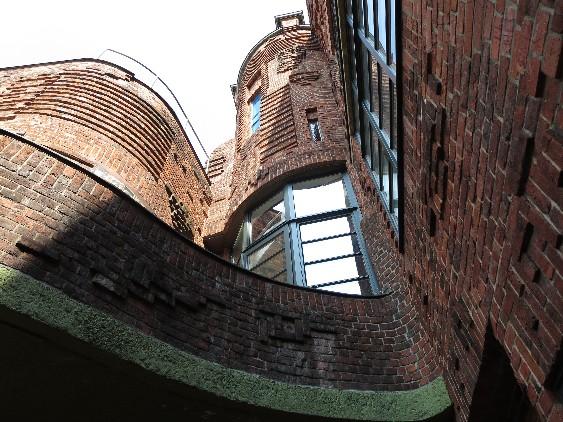 Die Böttcherstraße mit ihrer paradoxen Geschichte lohnt einen gründlichen Rundgang.
