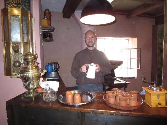 """Im Bremer Geschichtenhaus erzählt uns """"Hans"""", was es mit diesem neuartigen Getränk namens Kaffee auf sich hat."""