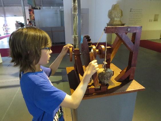 Selber machen macht schlau! Janis experimentiert mit Leonardos Krankonstruktion.