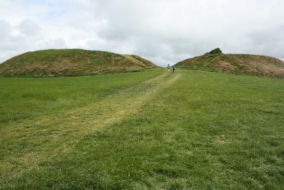 Zwei Hügelchen? Falsch. Der Eingang in den mysteriösen Ringwall der Lembecksburg, die Menschen einmal wichtig genug war, um eine Menge Erde zu bewegen.